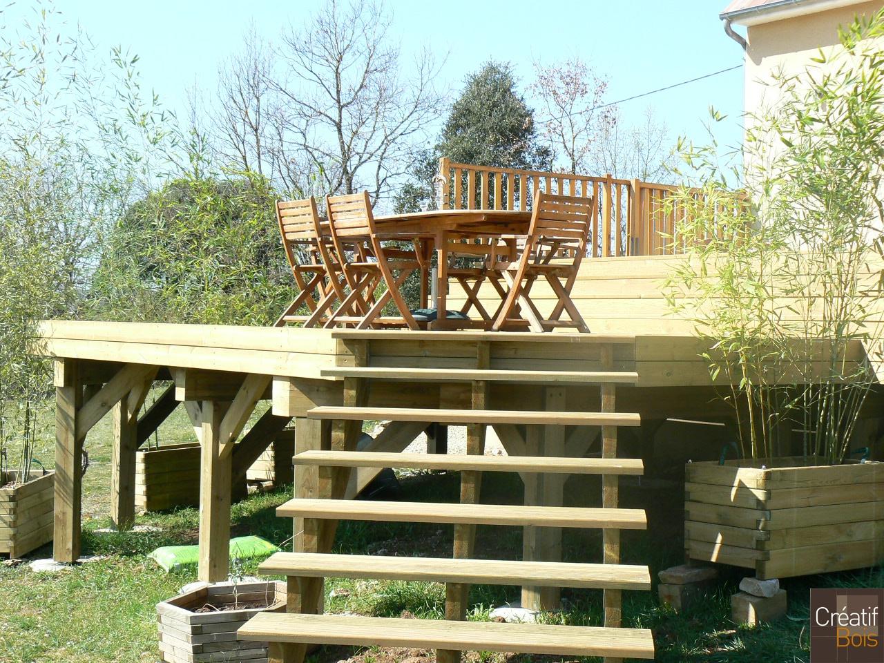 terrasse bois en hauteur avec escalier d acc s chasteaux. Black Bedroom Furniture Sets. Home Design Ideas